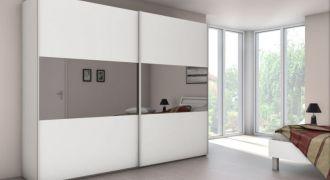 Grande armoire blanche avec miroirs.