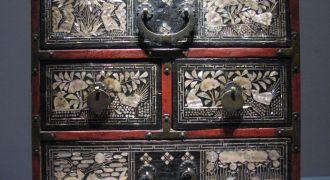 Photographie d'une armoire de style chinois.