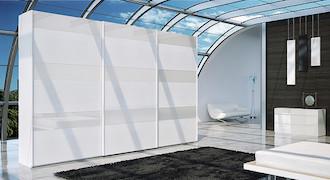 Grande armoire blanche à portes coulissantes.
