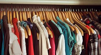 Garde-robe minimaliste et colorée.