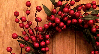 Couronne de Noël faite main avec des branchages et des baies.