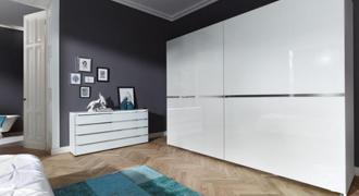 Photographie d'une chambre avec une armoire à portes coulissantes de la gamme Nolte.