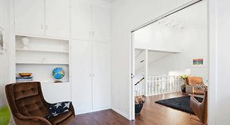 Portes à galandage blanches dans un intérieur design.