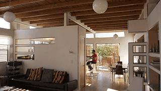 Pièce à vivre aux touches de bois, d'écru et aux grandes baies vitrées.