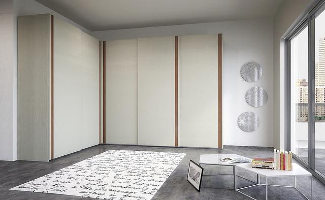 Photographie dun intérieur contemporain avec un placard à portes coulissantes