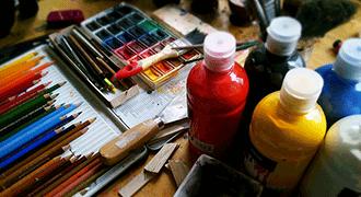 Pots de peintures et crayons de couleur.