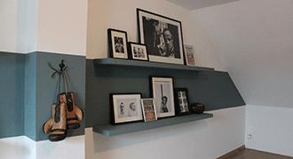 Bande de peinture horizontale sur un mur avec étagères.