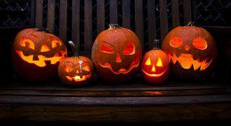 Des lanternes d'Halloween en cotrouille.