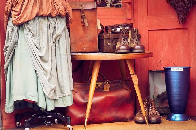 Vêtements, tissus, chaussures et sac usés.