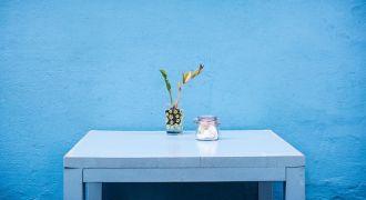 Aménagement d'intérieur coloré sur fond de mur bleu.