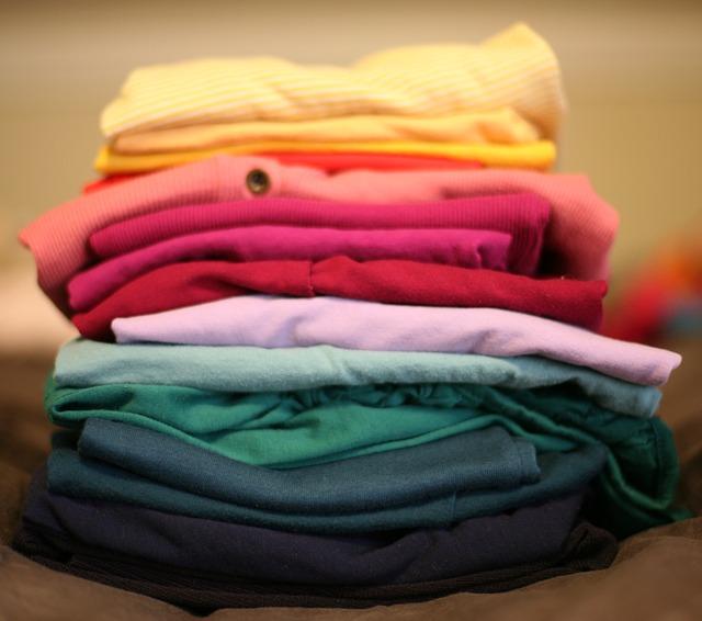 Pile de vêtements rangée dans un placard.