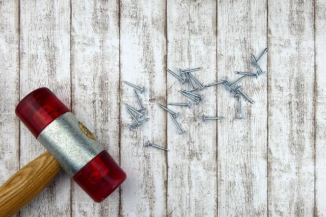 Outils de bricolage posés sur une planche en bois.