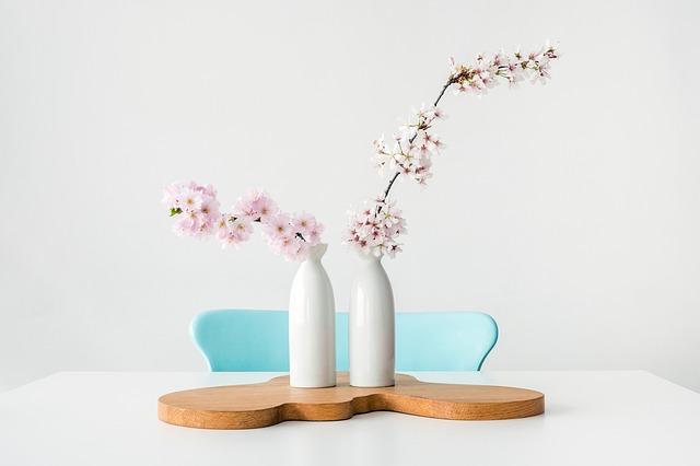Décoration d'intérieur design avec des fleurs dans un vase.