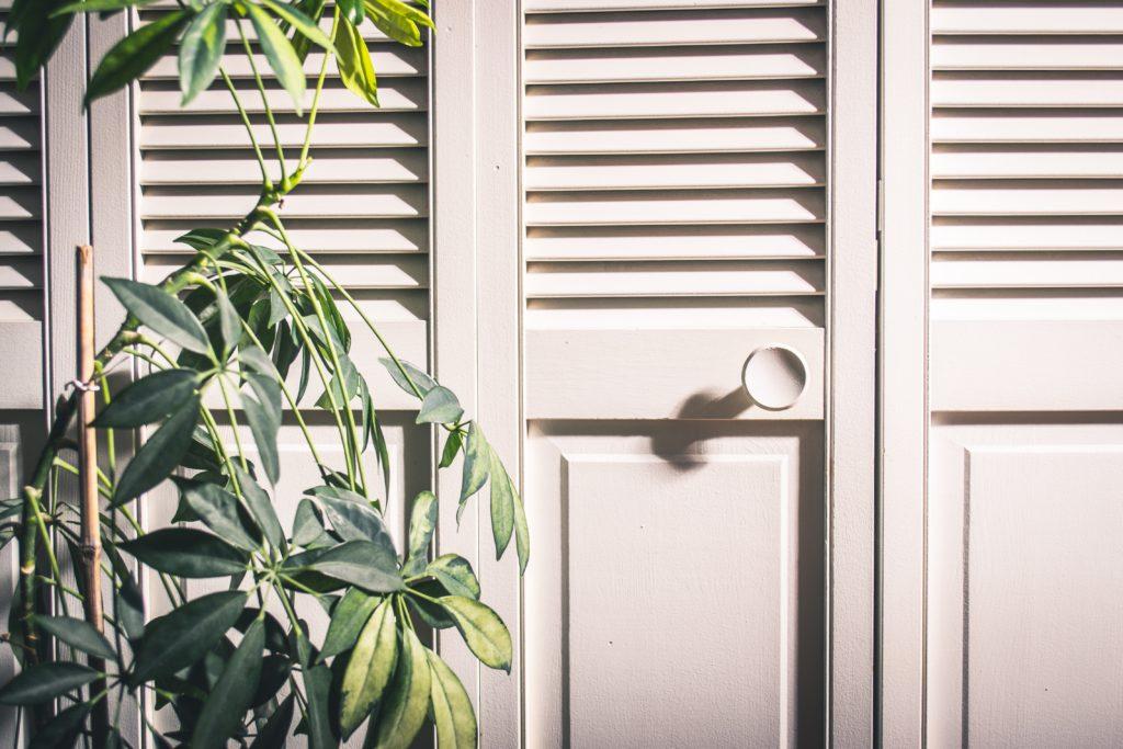 Photographie d'une porte de placard.