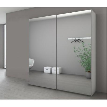 Une armoire avec des portes miroirs.