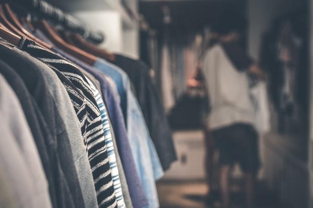 Intérieur d'un dressing avec vue sur les vêtements.