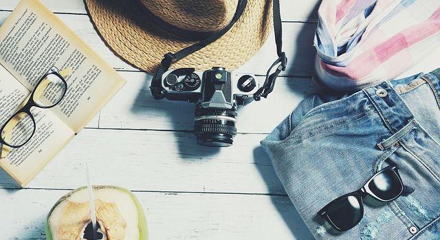 Lunettes de soleil, chapeau, appareil photo et autres accessoires de vacances.
