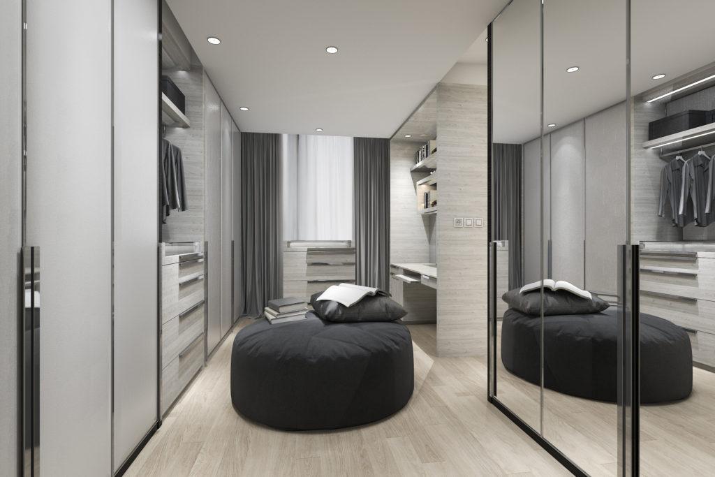 Un dressing de luxe, avec portes de placard sur mesure en miroir.